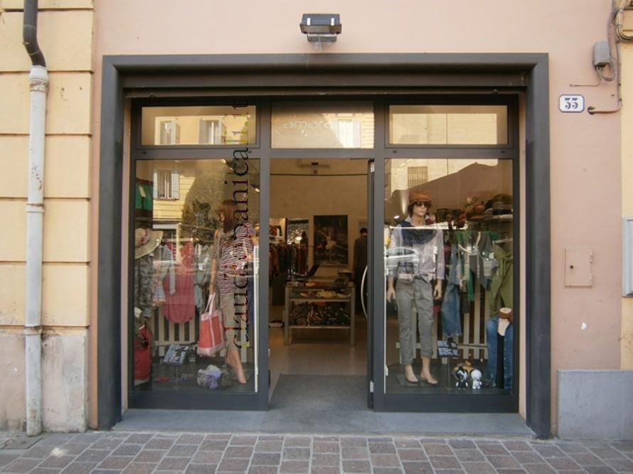 Arredo commerciale vetrina commercio e negozio abbigliamento for Vetrine arredamento
