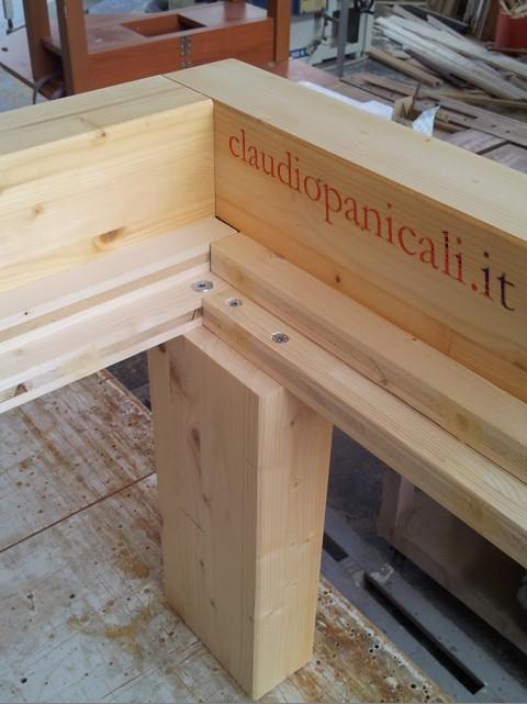 Letto in legno massiccio con testata rete a doghe e comodino - Costruire letto in legno ...