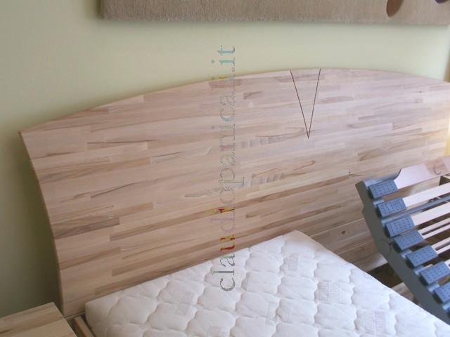 Letto in legno massiccio con testata rete a doghe e comodino - Spalliere da letto ...